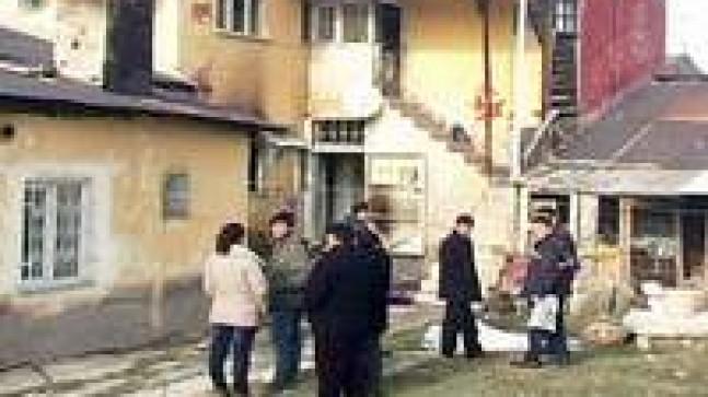 Evde kilitlenen çocuk yanarak can verdi