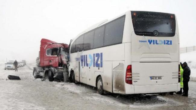 Sivas'ta Yolcu Otobüsü TIR'la Çarpıştı: 1 Ölü, 15 Yaralı