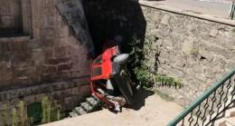 Otomobil türbe bahçesine uçtu