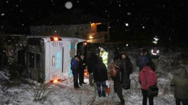 Yolcu otobüsü devrildi;21 yaralı