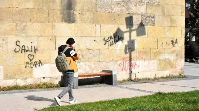 800 yıllık tarihi medresenin duvarları yazı tahtasına döndü